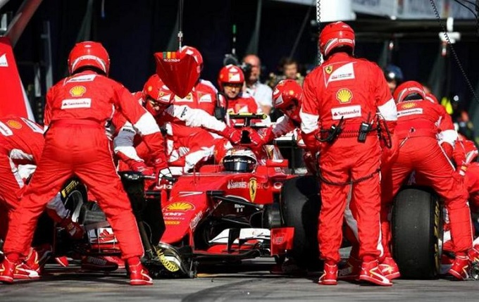 Kimi-Raikkonen-Ferrari-pit-stop