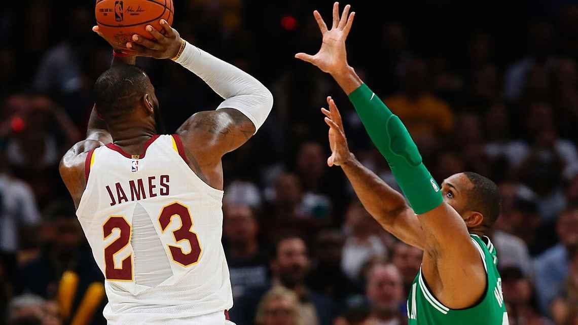 Divise NBA che si strappano e fan che si avvicinano